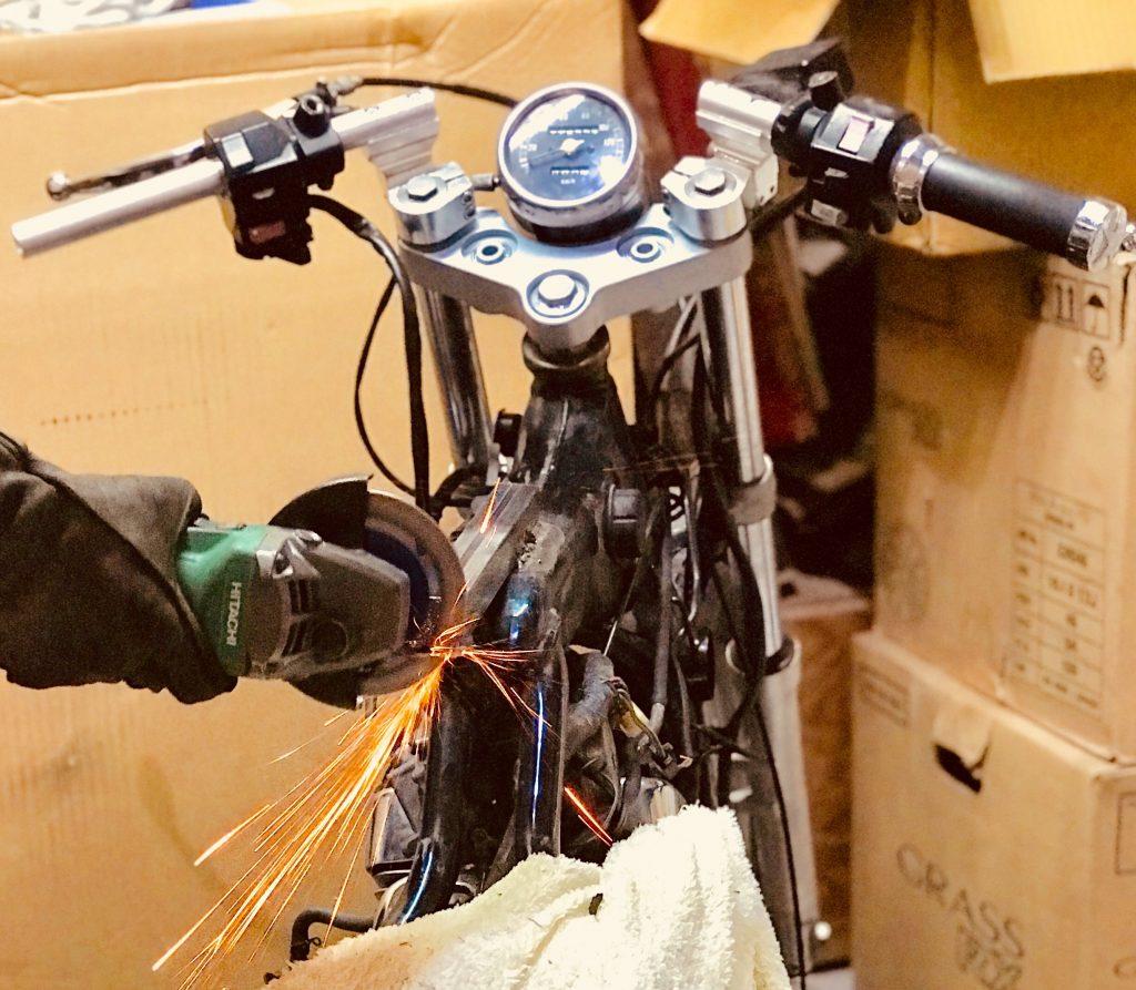 バイク、カスタマイズ中
