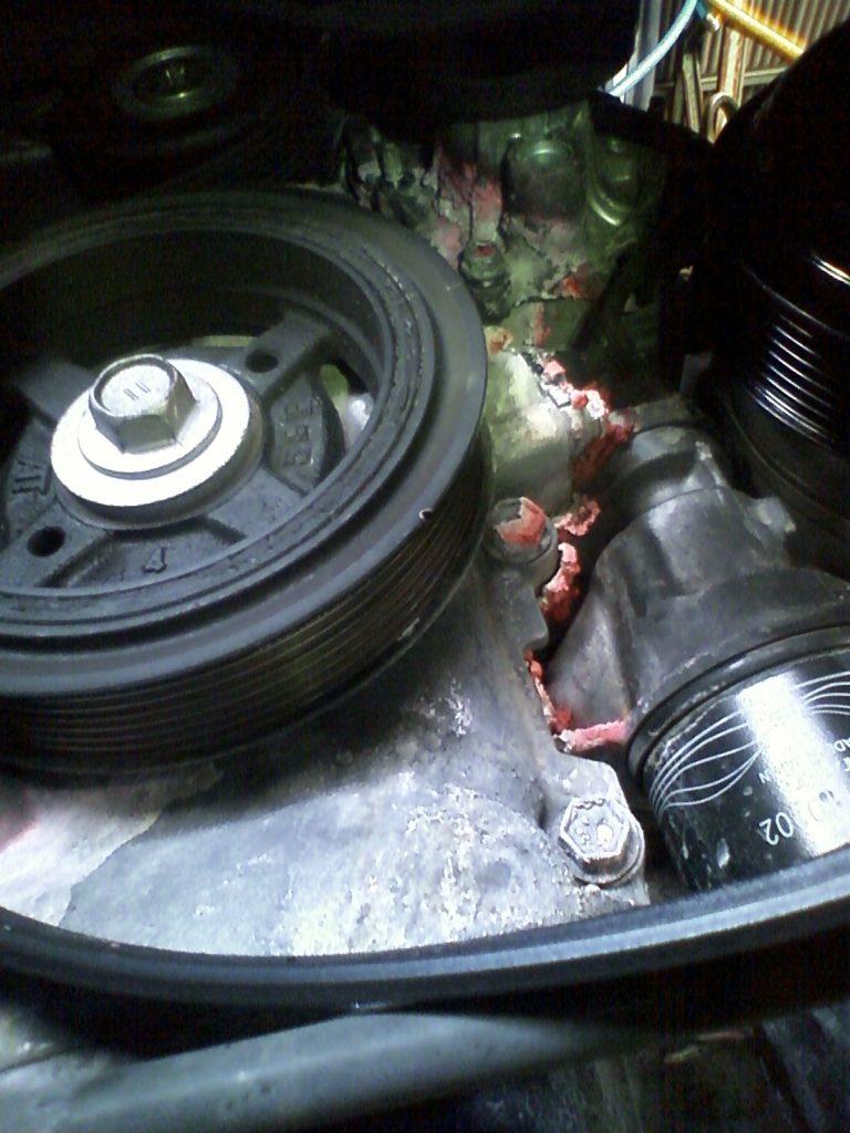 エンジンからの水漏れ修理をしているところです